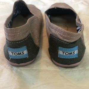 TOMS classic slip on in metallic mauve linen.